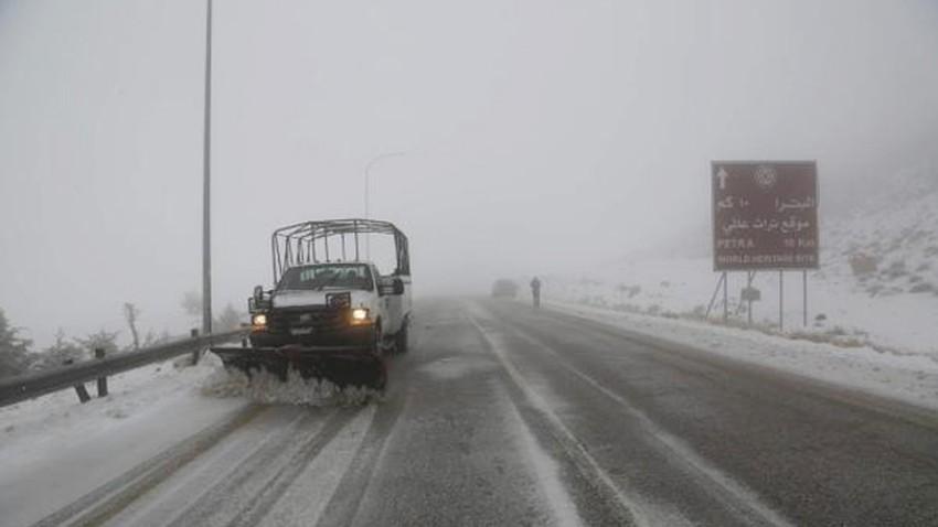 إغلاق الطريق الصحراوي بعد انزلاق شاحنتين