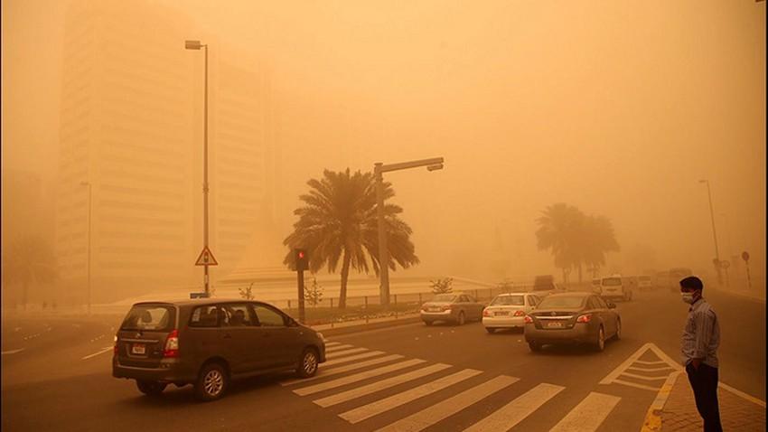 regardé Un clip vidéo qui reflète le danger de voyager sur la route `Dammam - Al-Ahsa` maintenant en raison de l'intensité de la poussière