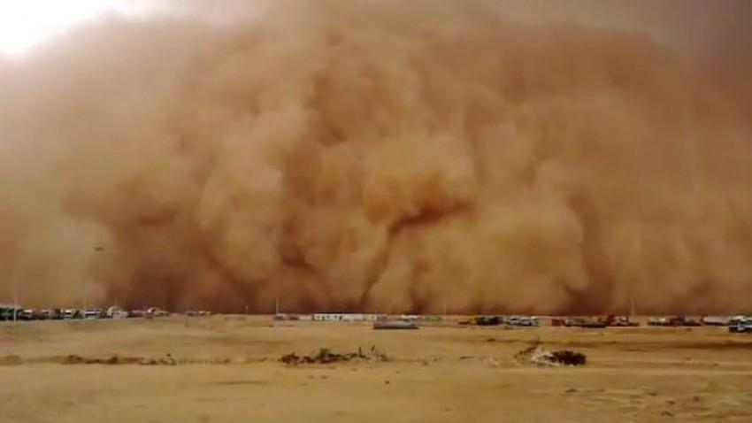 """بالفيديو   تنبيه لسالكي طريق """"المدينة - القصيم"""" من عواصف رملية وانعدام في مدى الرؤية الأفقية"""