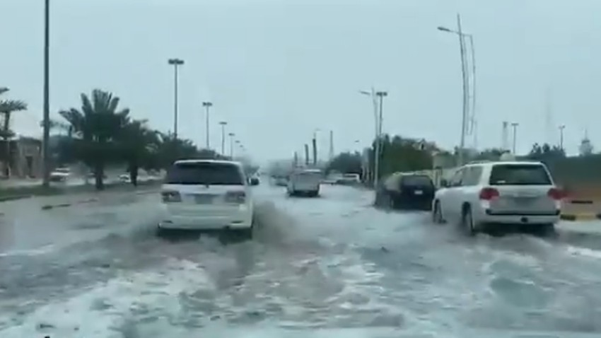 Hafar Al-Batin | The rain raises the water level on the roads of Hafr Al-Batin .. Watch the video