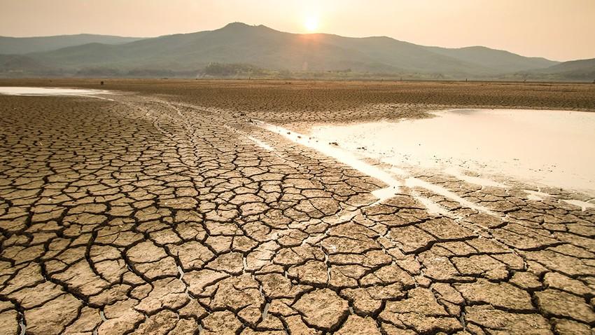 لماذا لا يصنع الانسان الماء ليحل مشكلة شح المياه في العالم؟