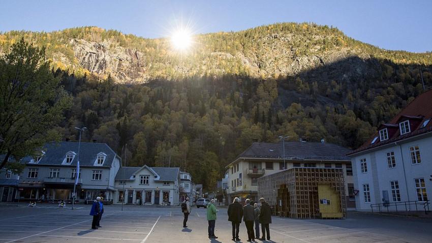 قرية نرويجية تدخلها أشعة الشمس عن طريق المرايا