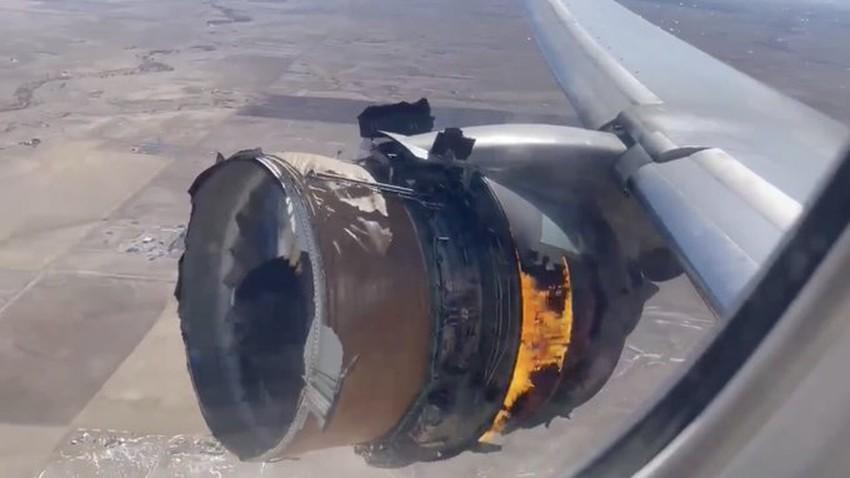 محرك الطائرة يتفكك ويحترق