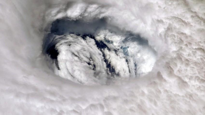 بالفيديو | مشهد مهيب للحظة اقتحام طائرة مجهزة لعين اعصار ايدا المرعب