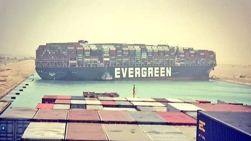 تحويل حركة السفن في قناة السويس ومحاولات مستمرة لتحرير السفينة العالقة بعد جنوحها أمس جراء الأحوال الجوية