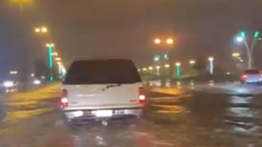 Vidéo | La condition pluvieuse `Truyeh` frappe l'aflaj avec des orages et de fortes pluies et inonde ses routes