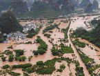بالفيديو... شاهد لحظة انقسام منزل إلى نصفين في الصين بسبب الفيضانات