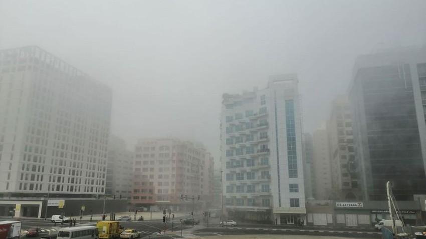 ضباب يغطي مدن الامارات وصدور تنبيهًا أحمر يحذر من انخفاض الرؤية على الطرق