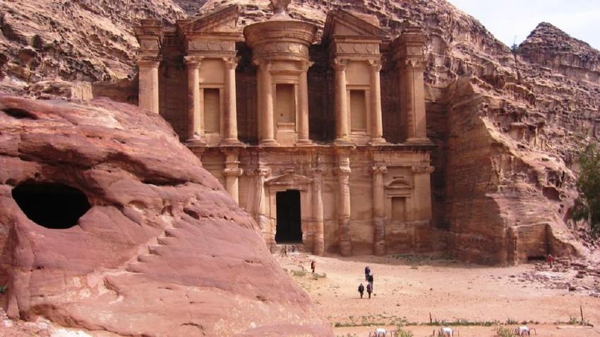 البتراء...أحد أهم الأماكن الأثرية والسياحية في الأردن