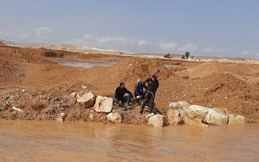 الدفاع المدني ينقذ شخصين حاصرتهم مياه السيول في محافظة الزرقاء