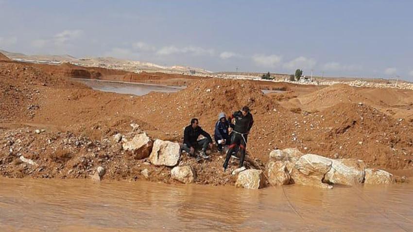 شاهد بالفيديو و الصور عملية إنقاذ أشخاص حاصرتهم السيول في منطقة الركبان اليوم من قِِبل كوادر الدفاع المدني