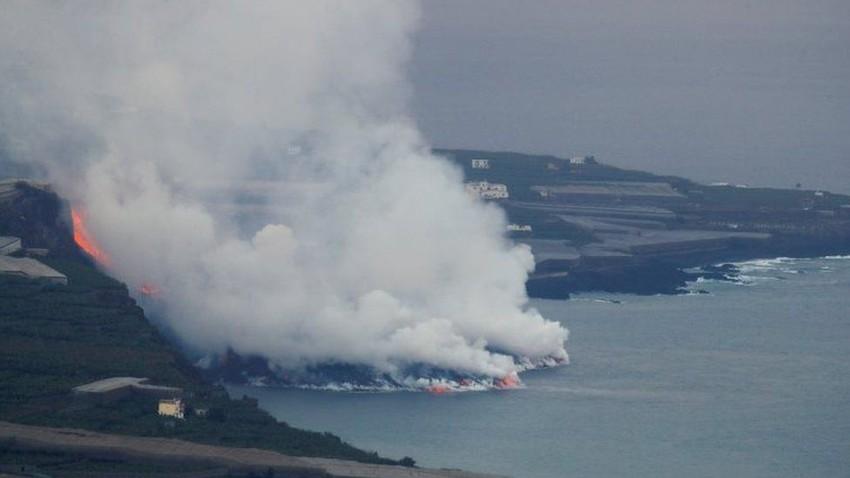 بالفيديو | وصول حمم بركان لا بالما إلى المحيط وسط تصاعد أعمدة الدخان والغازات السامة