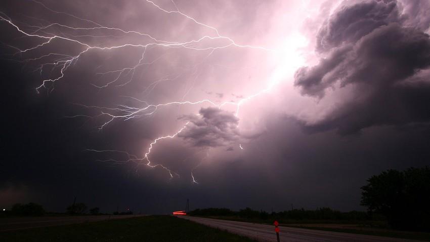 بالفيديو   عاصفة رعدية مفاجئة تؤثر على الرياض والأمطار تتساقط بغزارة
