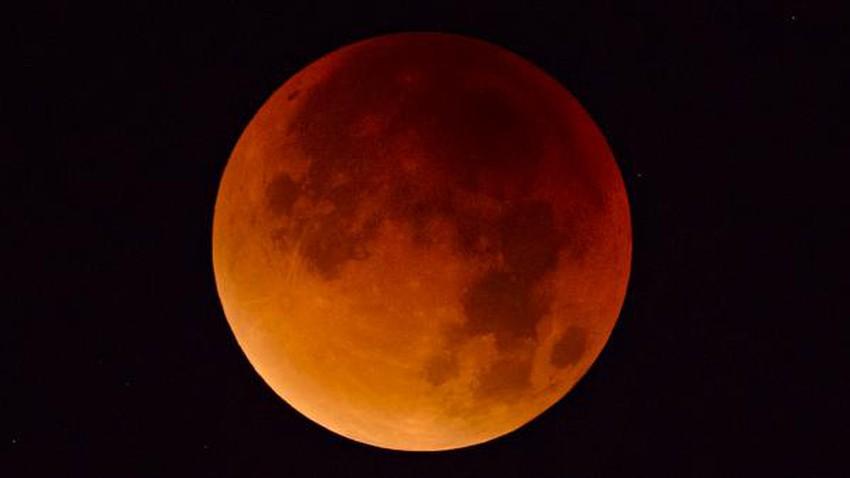 لماذا يظهر القمر باللون الأحمر أثناء الخسوف الكلي