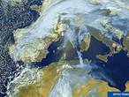 رمال الصحراء الجزائرية تسافر آلاف الأميال لتغطي ثلوج أوروبا
