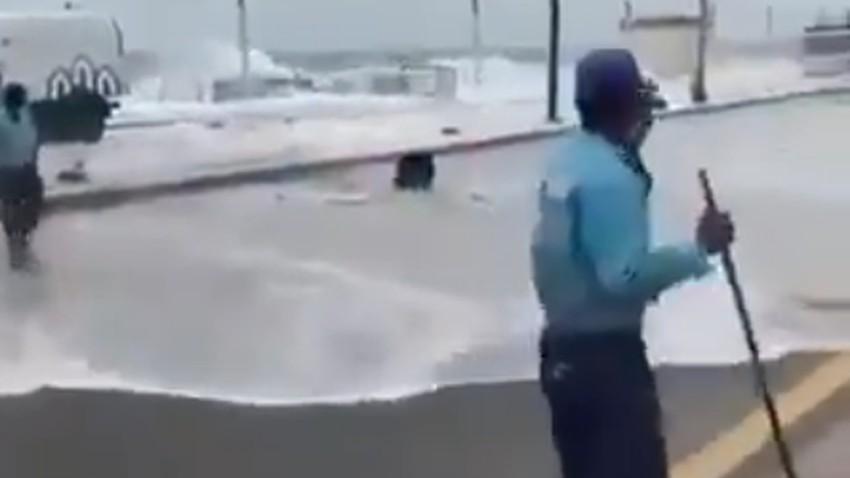 عاجل وبالفيديو | توثيق للحظة دخول مياه البحر للطريق الساحلي المحاذي لبحر جده