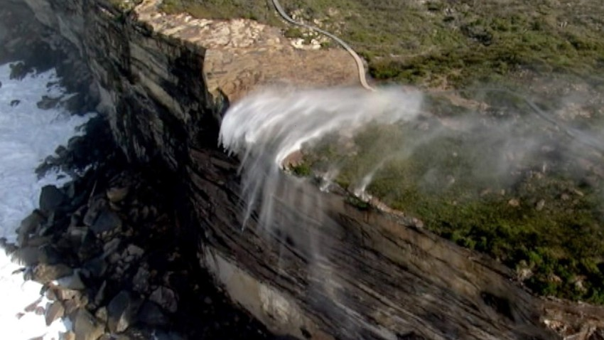شلال في أستراليا يسقط بعكس الجاذبية الأرضية..كيف ذلك!