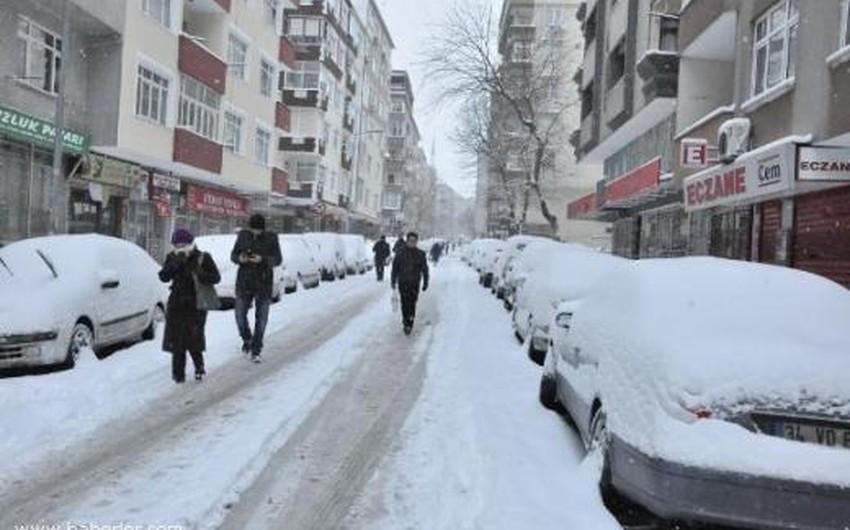 مشهد من تراكم الثلوج في إحدى البلدات الواقعة شمال تركيا
